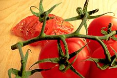 Pokrojeni pomidory kłamają w tle gałązka pomidory obraz stock