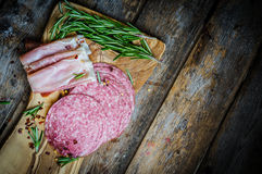 Pokrojeni prosciutto di Parma na drewnianej desce z salami i rosem obraz stock