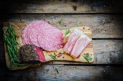 Pokrojeni prosciutto di Parma na drewnianej desce z salami i rosem zdjęcia royalty free