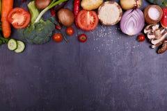 pokrojeni warzywa cebulkowy kapuściany brokuł oberżyny pieprz flatlay zdjęcie stock
