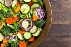 Pokrojeni świezi surowi warzywa na starym drewnianym stole Zdjęcie Stock