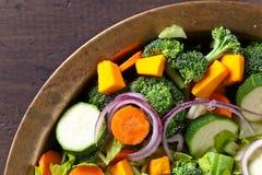 Pokrojeni świezi surowi warzywa na starym drewnianym stole Zdjęcia Royalty Free