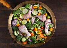 Pokrojeni świezi surowi warzywa na starym drewnianym stole Fotografia Royalty Free