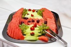 Pokrojona arbuz braja, melon i dekorowaliśmy z dojrzałymi wiśniami zdjęcia royalty free