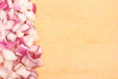 Pokrojona cebula na drewnianej tnącej desce Zdjęcie Royalty Free