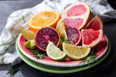 Pokrojona cytrus owoc na talerzu Zdjęcia Royalty Free