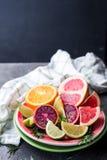 Pokrojona cytrus owoc na talerzu Fotografia Royalty Free