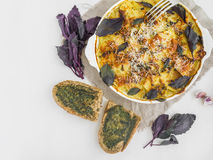 Pokrojona grula piec z serem i basilem w piekarniku Fotografia Stock