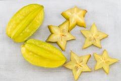 Pokrojona gwiazdowa owoc na szarego tła odgórnym widoku zdjęcia stock