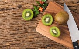 Pokrojona kiwi owoc na drewnianym bloku obraz royalty free