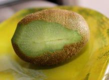 Pokrojona kiwi owoc na talerzu Fotografia Royalty Free