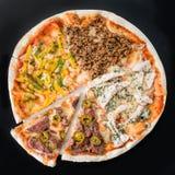 Pokrojona mięsna pizza na talerzu, ciemny tło Obraz Stock