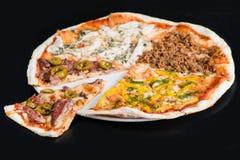 Pokrojona mięsna pizza na talerzu, ciemny tło Płytki DOF Zdjęcie Royalty Free