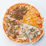Pokrojona mięsna pizza na talerzu, lekki tło Zdjęcia Royalty Free