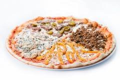 Pokrojona mięsna pizza z kurczakiem, wołowiną i słodkim pieprzem, Obrazy Stock