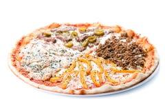 Pokrojona mięsna pizza z kurczakiem, wołowiną, minced pepp, mięsnym i słodkim Obrazy Royalty Free