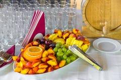 Pokrojona owoc na bufeta stole Zdrowy jedzenie i smakowita owoc Obrazy Stock