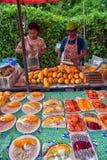 Pokrojona owoc na talerzu na sprzedaży na ulicznym jedzenie rynku Fotografia Royalty Free