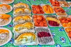 Pokrojona owoc na talerzu na sprzedaży na ulicznym jedzenie rynku Obrazy Royalty Free