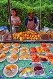 Pokrojona owoc na talerzu na sprzedaży na ulicznym jedzenie rynku Zdjęcia Stock