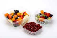 Pokrojona owocowa mieszanka w pudełku obraz stock