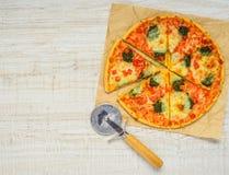 Pokrojona Piec pizza z krajacza i kopii przestrzenią Obrazy Royalty Free