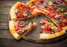 Pokrojona pizza zdjęcia stock