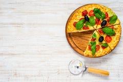 Pokrojona pizza na kopii przestrzeni teksta terenie Obraz Stock