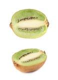 Pokrojona połówka kiwifruit odizolowywający Zdjęcia Royalty Free