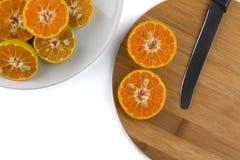 Pokrojona pomarańcze na drewnianym talerzu Zdjęcie Royalty Free