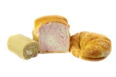 Pokrojona Pszeniczna chleba i Croissants torta rolka na białym tle Obrazy Royalty Free