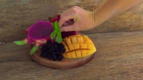 Pokrojona smok owoc, mango na starym drewnianym tle i zbiory
