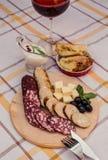 Pokrojona uwędzona kiełbasa, miękki ser, robić kiełbasa, robić chlebowy chleb na drewnianym talerzu Zdjęcia Stock
