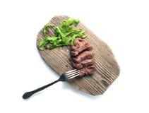 Pokrojona wołowina z rozwidleniem i greenery na drewno talerzu Odgórny widok odosobniony Ścieżka zawierać Zdjęcie Royalty Free
