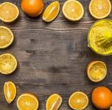 Pokrojone świeże pomarańcze, wykładający ramowy drewniany nieociosany tło odgórnego widoku zakończenie up zdjęcia stock