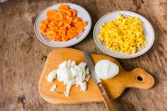 Pokrojone cebule, marchewki i kukurudza, obraz stock