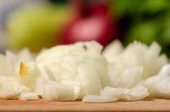 Pokrojone cebule na drewnianej desce zdjęcie royalty free