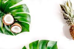 Pokrojone egzotyczne owoc - koks i ananas na białej tło odgórnego widoku przestrzeni dla teksta Zdjęcia Royalty Free