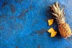 Pokrojone egzotyczne owoc na błękitnej tło odgórnego widoku przestrzeni dla teksta Fotografia Royalty Free