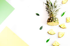 Pokrojone egzotyczne owoc na białej tło odgórnego widoku przestrzeni dla teksta Zdjęcia Royalty Free