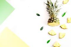 Pokrojone egzotyczne owoc na białej tło odgórnego widoku przestrzeni dla teksta Obraz Stock