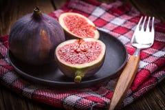 Pokrojone figi na drewnianym stole obraz stock