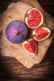 Pokrojone figi na drewnianym stole Odgórny widok obraz royalty free