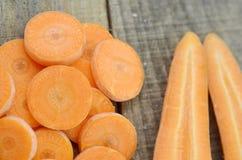 Pokrojone marchewki i kopia cią na drewnianym wieśniaku obrazy stock