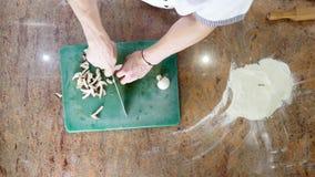 Pokrojone pieczarki w kuchni na tnącej desce Odgórny widok zbiory