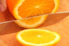 Pokrojone pomarańcze na drzewie cząsteczki obraz stock