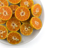 Pokrojone pomarańcze w białym naczyniu Fotografia Royalty Free