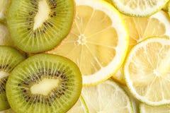 Pokrojone soczyste cytryny, wapno i kiwi, na widok zdjęcie royalty free