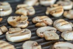 Pokrojone szampinion pieczarki piec na grillu na elektrycznym grillu lub BBQ zamkniętych w górę widoku zdjęcia royalty free