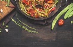 Pokrojone zielone Francuskie fasole z pomidoru kumberlandem na ciemnym nieociosanym tle, odgórny widok Zdjęcie Stock